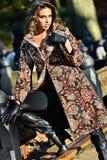 摆在秋天时尚照片写真的中央公园的典雅的深色的模型 免版税库存图片