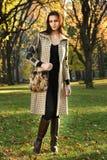 摆在秋天时尚的中央公园的有吸引力的年轻模型 免版税库存照片