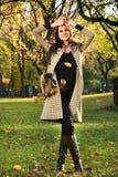 摆在秋天时尚的中央公园的有吸引力的年轻模型 免版税图库摄影
