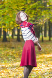 摆在秋天森林里的女性时装模特儿户外 库存图片