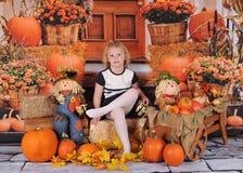 摆在秋天背景的可爱的小女孩 图库摄影