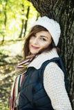 摆在秋天自然,季节性fashi的白种人深色的妇女 库存照片