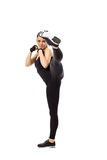 摆在空手道姿势的逗人喜爱的运动的女孩 免版税库存图片