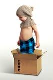 摆在箱子的男孩 库存照片