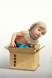 摆在箱子的男孩 免版税图库摄影