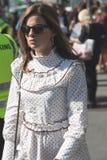 摆在米兰妇女` s时尚星期期间的时髦的女人 免版税库存图片