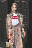 摆在米兰妇女` s时尚星期期间的时髦的女人 免版税库存照片
