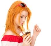摆在红头发人的奶油色女孩冰 库存照片