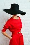 摆在红色礼服的妇女 库存照片