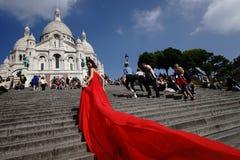 摆在红色礼服的妇女 免版税库存图片