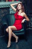 摆在红色礼服的时装模特儿 免版税图库摄影