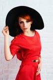 摆在红色礼服的时髦的女人 库存图片