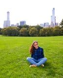 摆在绵羊草甸的女孩在中央公园, NY,纽约 库存图片