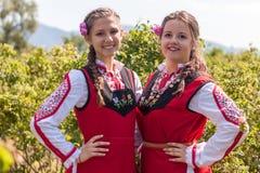 摆在罗斯采摘节日期间的女孩在保加利亚 免版税图库摄影