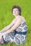 摆在美丽的作的松弛白种人深色的妇女画象户外 图库摄影