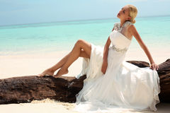 摆在美丽的海岛上的婚礼礼服的美丽的新娘在泰国 库存图片