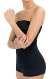 摆在美好的健康身体和在痛苦区域的妇女按摩她的手肘 免版税库存照片