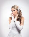摆在美好的构成的一个年轻白肤金发的新娘 库存图片