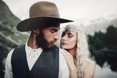 摆在美好的马塔角moun的时髦的年轻婚礼夫妇 免版税库存图片