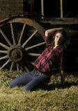 摆在老无盖货车前面的美丽的农场女孩 库存照片