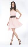 摆在肉欲的时髦妇女年轻人的礼服 免版税图库摄影