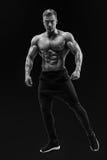 摆在肌肉核心的赤裸上身的男性模型 库存照片