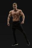 摆在肌肉核心的赤裸上身的男性模型 免版税库存图片