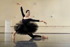 摆在舞厅里的芭蕾舞女演员 图库摄影
