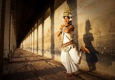 摆在舞蹈家吴哥窟概念的Aspara文化 库存照片