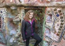 摆在艾赛尔Zagar,费城不可思议的庭院里的熟悉内情的11岁的女孩  图库摄影