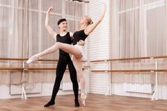 摆在芭蕾的男人和妇女舞蹈家分类 免版税库存图片