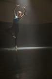 摆在芭蕾舞女演员在教室 免版税库存照片
