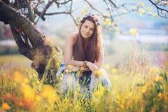 摆在花中的微笑的吉普赛妇女 库存图片