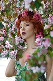 摆在苹果树的颜色的年轻美丽的女孩在春天 秀丽查出的纵向白色 免版税库存照片