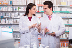 摆在药房的药剂师 免版税库存照片
