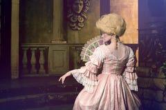 摆在葡萄酒外部的18世纪图象的少妇 免版税图库摄影