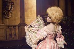 摆在葡萄酒外部的18世纪图象的少妇 免版税库存图片