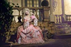 摆在葡萄酒外部的18世纪图象的少妇 免版税库存照片