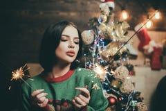 摆在葡萄酒背景的性感的圣诞老人dominatrix妇女 圣诞节礼品 圣诞节时尚 服装党概念 免版税图库摄影