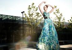 摆在蓝色礼服的惊人的秀丽 图库摄影