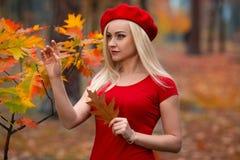 摆在街道上的美丽的女孩根据落日 免版税库存图片