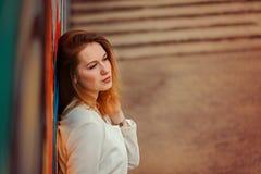 摆在街道上的年轻美丽的妇女室外画象  在晴天 女性方式 背景秀丽城市生活方式都市妇女年轻人 库存照片