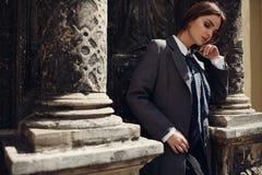 摆在街道的时尚衣裳的美丽的时髦的女人 免版税库存照片