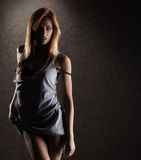 摆在衬衣的一名新和性感的红头发人妇女 免版税图库摄影