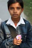 摆在调查的印地安少年照相机 免版税图库摄影