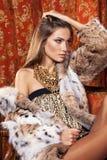 摆在豪华内部的一件皮大衣的时装模特儿 总是mo 免版税库存图片