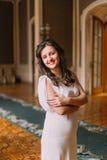摆在豪华葡萄酒内部的美丽和快乐的年轻新娘 库存照片