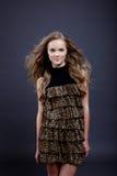 摆在豹子印刷品礼服的可爱的女孩 免版税图库摄影