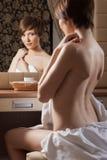 摆在赤裸最近的镜子的美丽的女孩 库存图片
