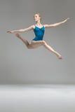 摆在跃迁的芭蕾舞女演员 免版税库存图片